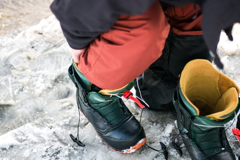 strapping up snowboard boots